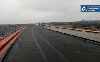 На запорожском мосту начали класть асфальт