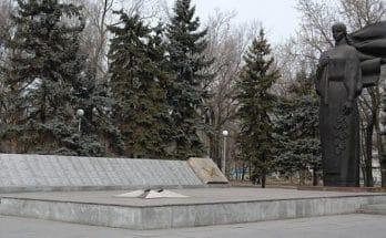 вандалы обрисовали памятник