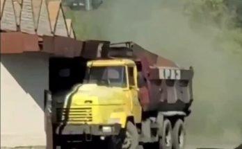 грузовик врезался в остановочный комплекс